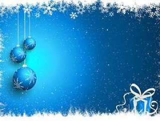 圣诞小玩意和礼物在多雪的背景