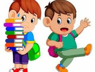 携带很多书的孩子