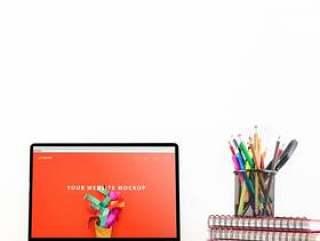 网站样机与笔记本电脑在桌子上