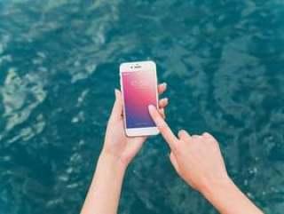 使用智能手机大模型的人在海背景