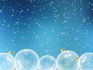 在多雪的背景上的圣诞小玩意