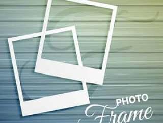 在木背景的两个空的照片框架