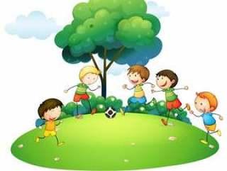 孩子们在公园里踢足球
