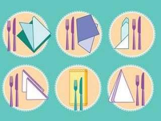 套餐巾或餐巾用叉子和刀子在顶视图上