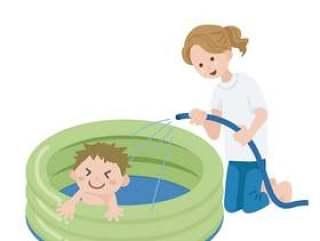 父母和孩子在一个塑料池里玩