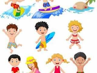 可爱的小孩在沙滩上玩