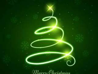 发光的圣诞树在绿色背景中