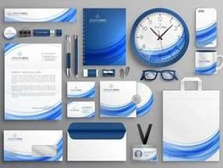 品牌标识业务文具在蓝色波浪形状中设置